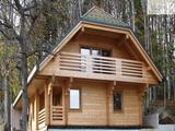 Brunarica iz lepljenega lesa brez izolacije za popolno zlitje z naravo.