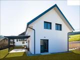 Sodobna montažna hiša z dvokapnico nudi različne možnosti za dobro umestitev na različne lokacije.