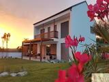 Sveža dvoetažna tlorisna zasnova hiše URBANO je lahko sodobna hiša z ravno streho ali brezčasno dvokapno streho.